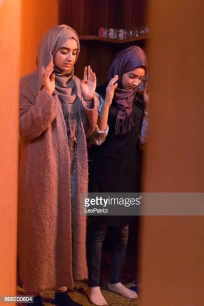 jovens mulheres muçulmanas rezando - vestimenta religiosa - fotografias e filmes do acervo