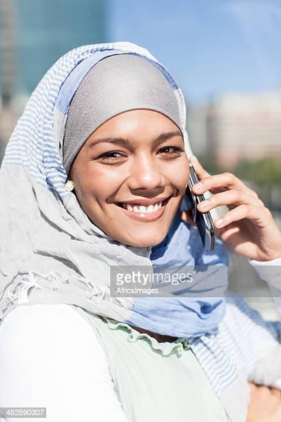Jeune femme musulmane souriant et à la recherche dans la caméra.