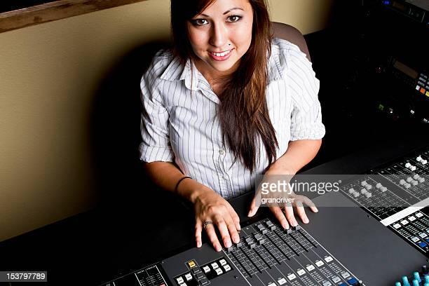 Jeune femme amérindienne à une Console d'enregistrement