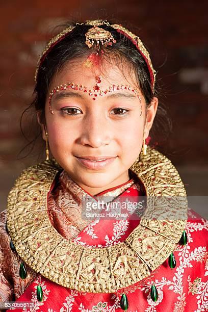 ネパールで若い女の子の伝統的なドレスの、バクタプル  - バクタプル ストックフォトと画像