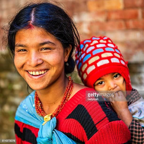 若い母親通電彼女の赤ちゃんネパール、カトマンズ、ネパール - nepali mother ストックフォトと画像