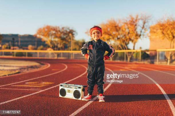 junger nerd boy auf der spur - trainingsanzug stock-fotos und bilder