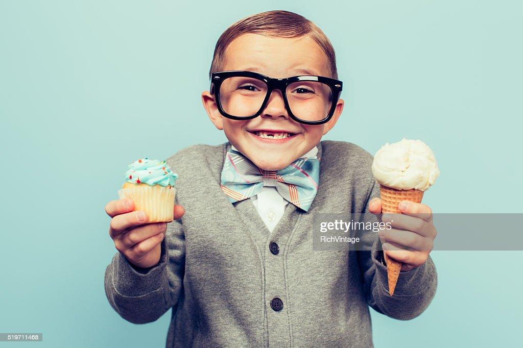 Jungen Sonderling Mann hält Eis und Kleine Kuchen : Stock-Foto