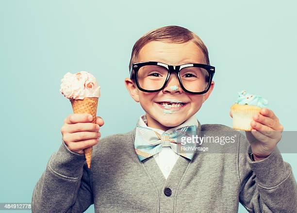 Jungen Nerd junge liebt Dessert
