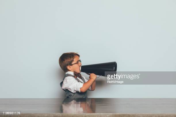 menino novo do nerd com megafone - debate - fotografias e filmes do acervo