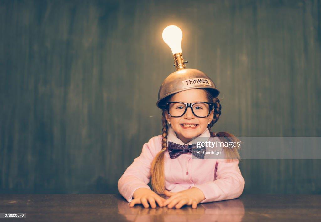 Jonge Nerd meisje met denken pet : Stockfoto
