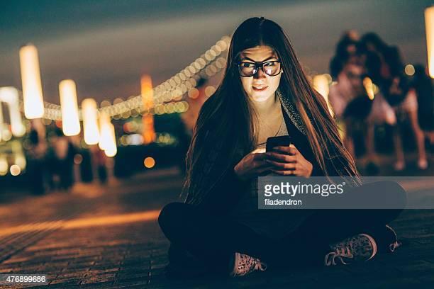 Jungen nerd Frau SMS auf das Telefon