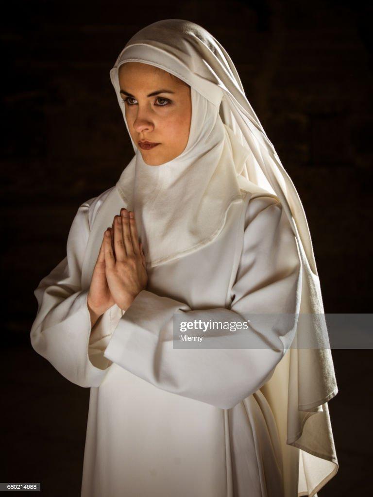 Jovem freira rezando dentro Catedral : Foto de stock