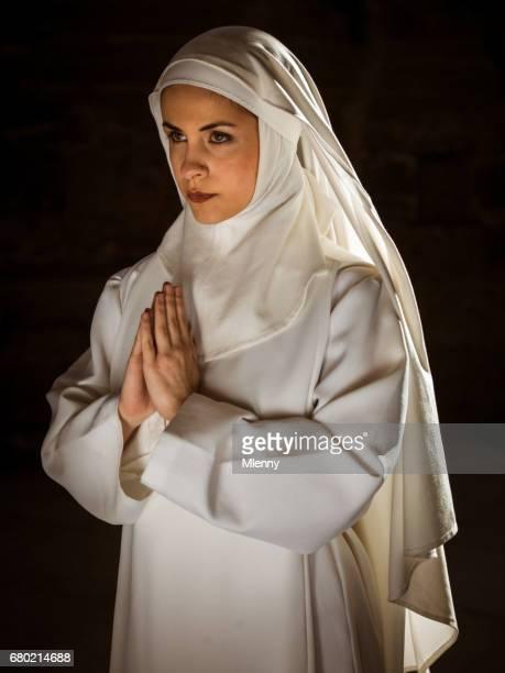 joven monja rezando en catedral - monja fotografías e imágenes de stock