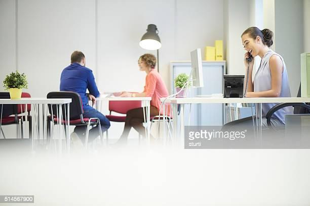 若いオフィスの受付
