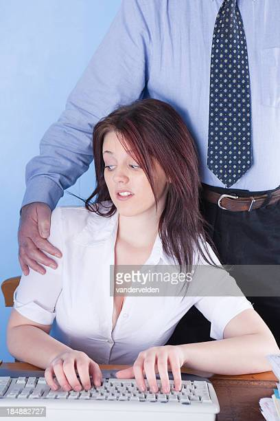 オフィスで働く若者触れている