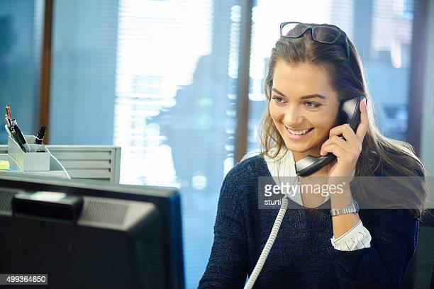 Jeune travailleur de bureau sur le téléphone.