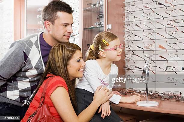 Junge Eltern und Tochter Einkaufen für neue Brille