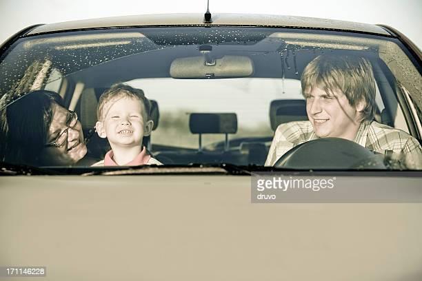 Junge Eltern und Sohn im Auto