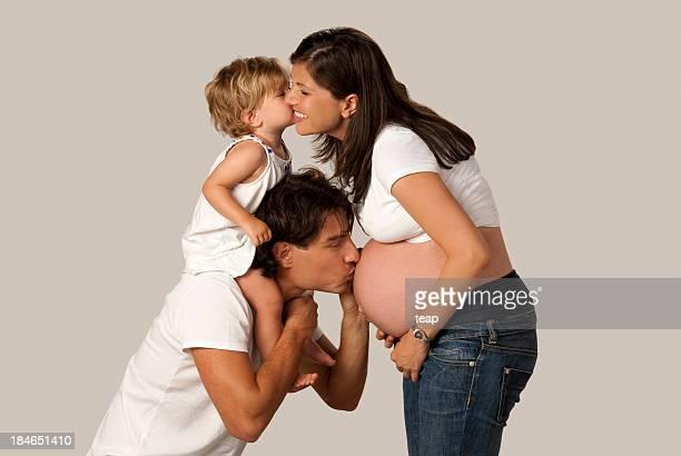 jóvenes están esperando un hijo de padres - embarazada fotos fotografías e imágenes de stock