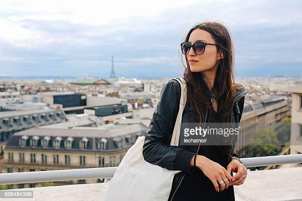 jeune femme appréciant la vue sur paris - blouson en cuir photos et images de collection