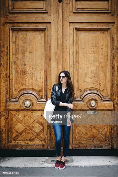 Jeune femme parisienne dans la police de son appartement