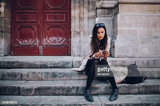 Envoyer des SMS de jeune femme parisienne au téléphone