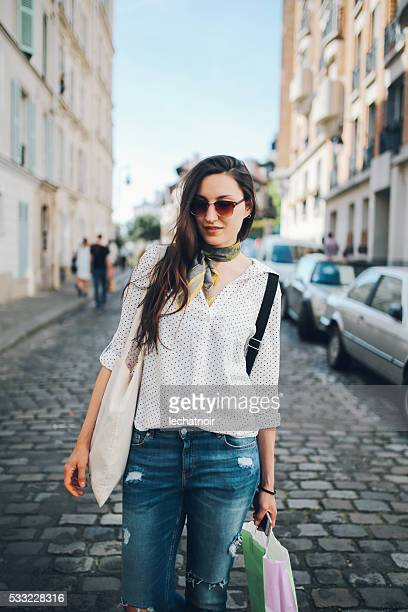 若い女性徒歩でパリのモンマルトル後のショッピング