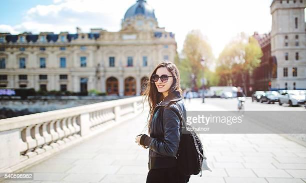 Jeune femme parisienne à pied