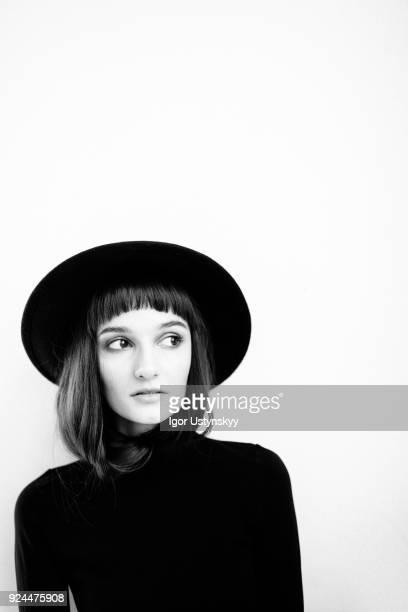 young pensive woman looking away - image en noir et blanc photos et images de collection