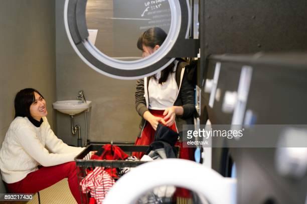 Jeunes à la laverie