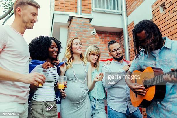 Jeunes à la fête dans le Patio
