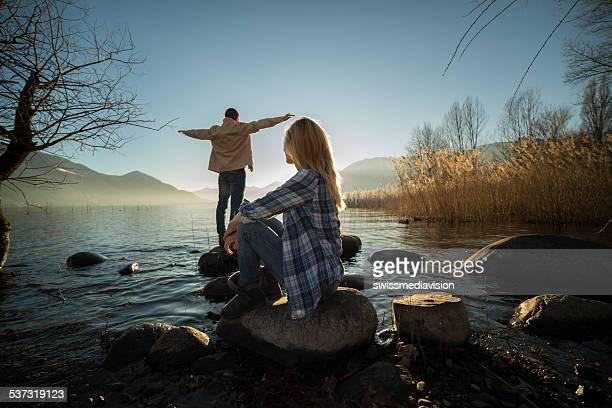 Les jeunes par le lac de la nature-Liberté