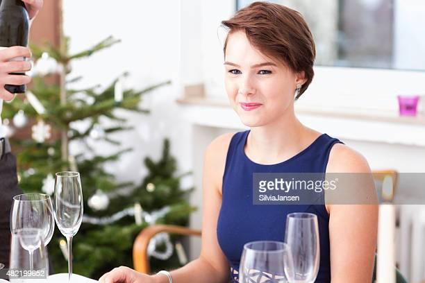 Jeunes célébrant la dinde pour le dîner de Noël