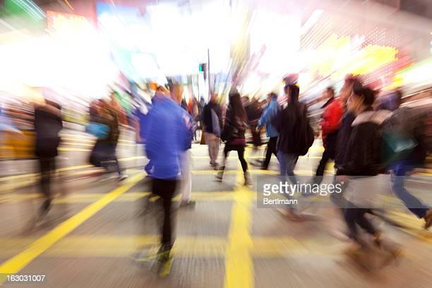 Jóvenes de cruzar la calle, desenfoque