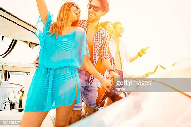 Jeunes danser et s'amuser sur un Yacht.