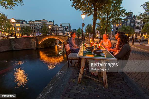 young people dining along reguliersgracht - merten snijders 個照片及圖片檔