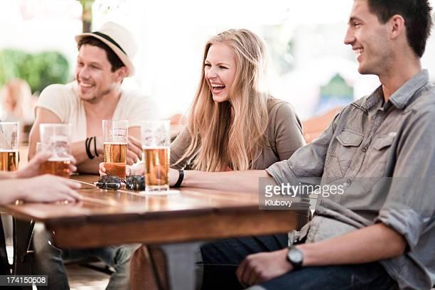 若者のビールを飲みながら屋外
