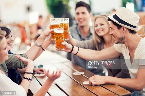 Los jóvenes beben cerveza al aire libre