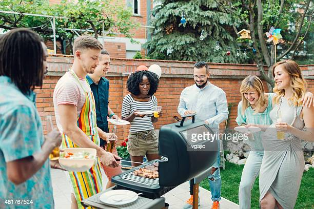Junge Menschen Essen im Barbecue-Party.