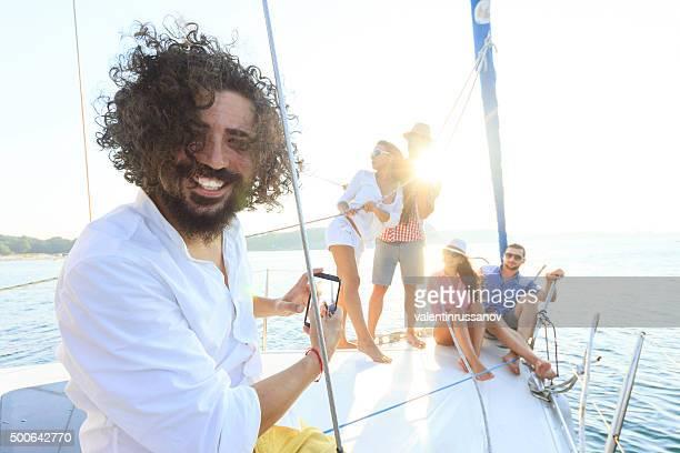 Jeunes gens appréciant un yacht voyage