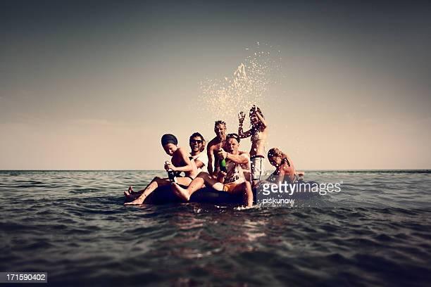 Junge Menschen genießen eine Strandparty