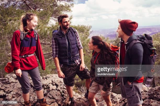 Jóvenes disfrutando de su tiempo en un pico de montaña