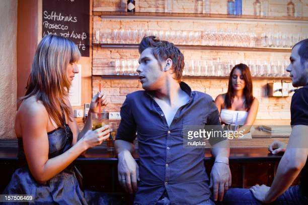 Junge Menschen Flirten in der bar