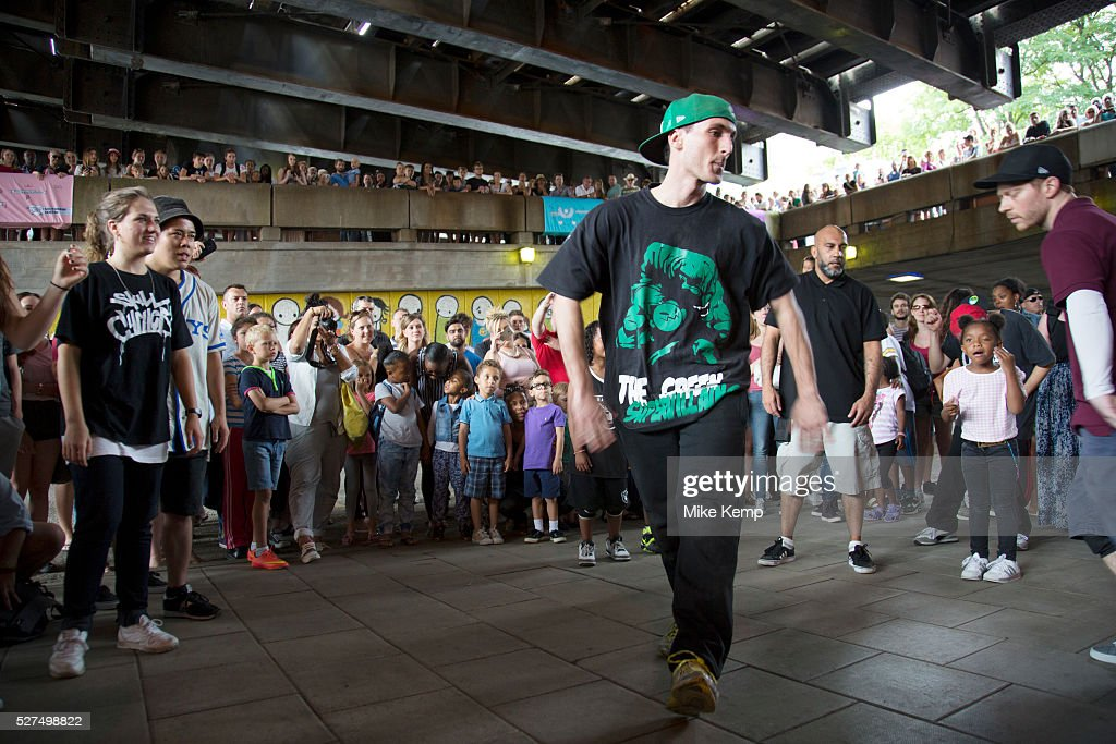UK - South Bank - Urban culture street and breakdancing : News Photo