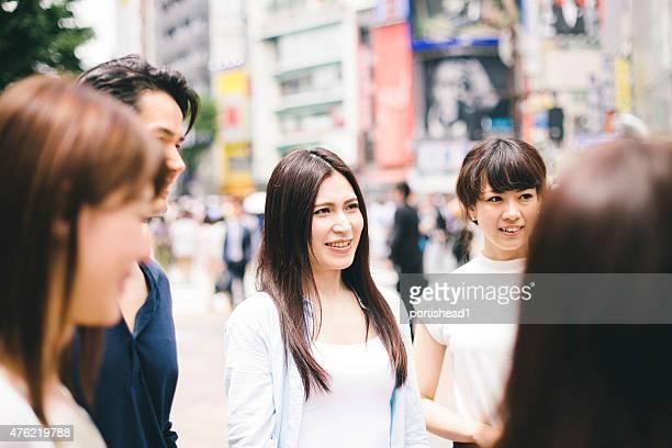 若い人々からの同僚と街並み