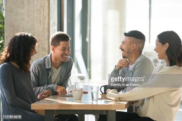 young people having coffee in a cafe - café casa de comes e bebes - fotografias e filmes do acervo