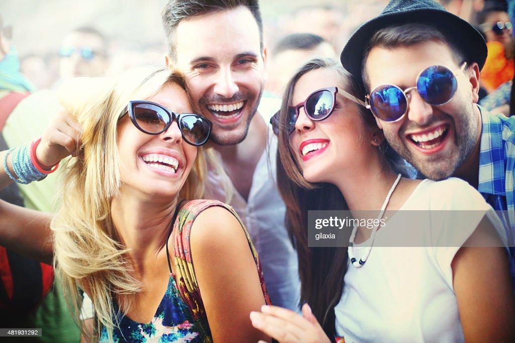 Jeunes s'amuser lors d'un concert. : Photo