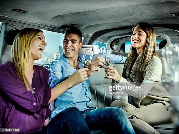Jeunes s'amuser dans une limousine.