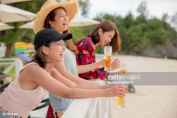 若い人たちは、夕暮れのビーチで楽しんで。 - 旅行地 ストックフォトと画像