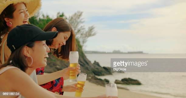 若い人々のビーチです。 - females ストックフォトと画像