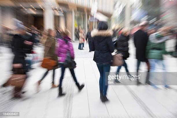 Junge Menschen in langen Fußgängerzone, Bewegungsunschärfe