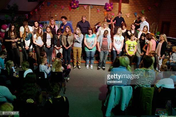 young people in concert - pinksteren stockfoto's en -beelden
