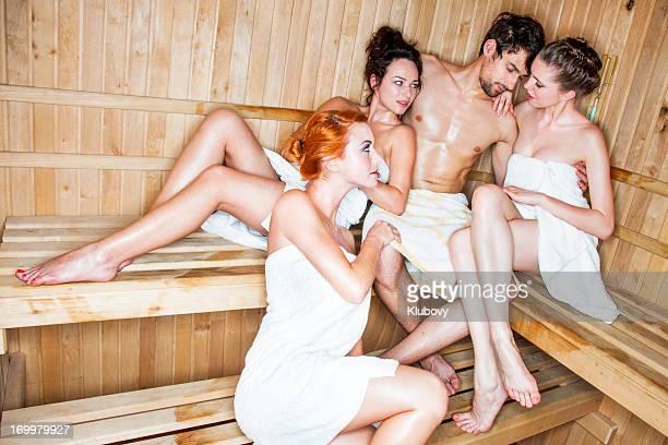 Junge Menschen in der sauna