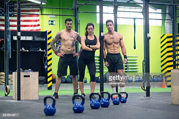 Jeunes personnes à la salle de sport crossfit